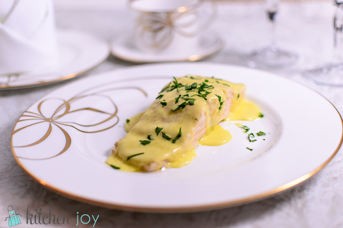Poached Salmon with Creamy Hollandaise Sauce
